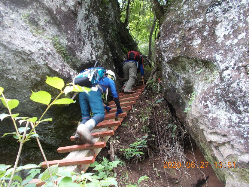 懸崖続く庚申山の登り