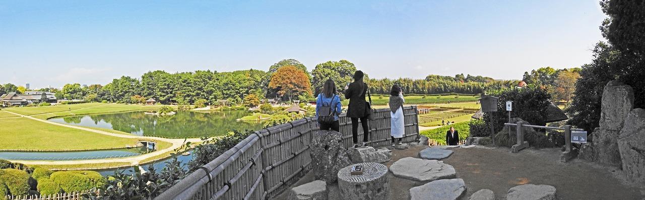20191030 後楽園今日の唯心山頂上の南側から眺めた園内三枚構成のワイド風景 (1)