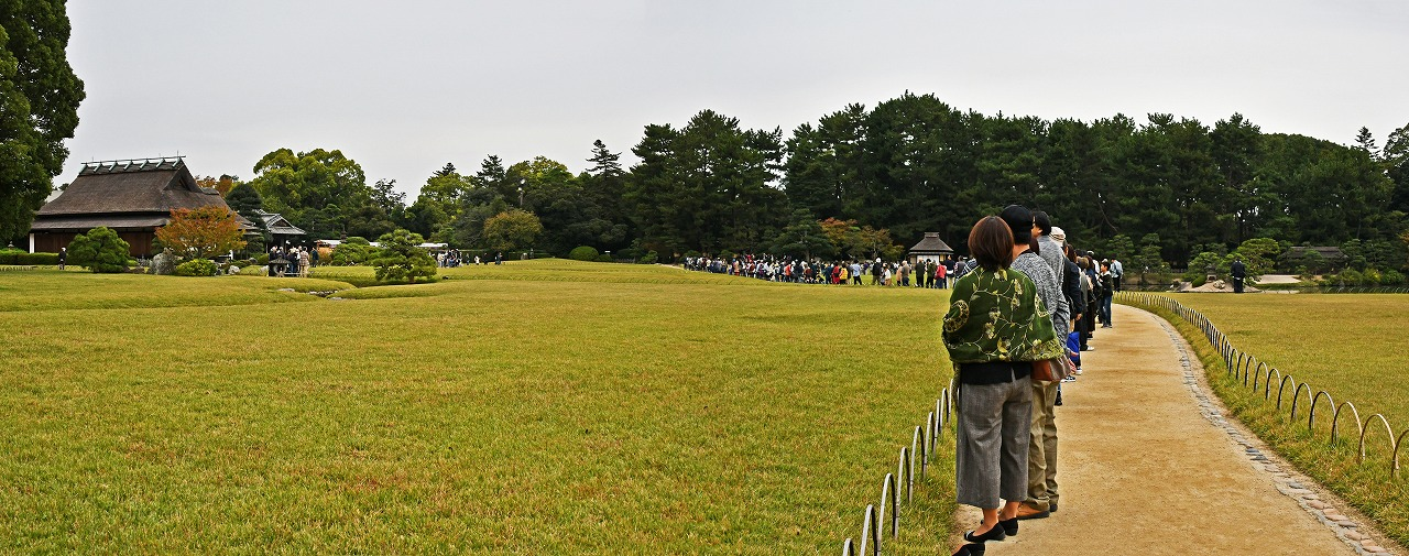 20191003 後楽園11月のタンチョウ園内散策日のスタート直前の様子ワイド風景 (1)