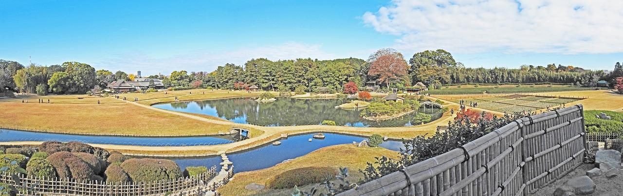 20191129 後楽園今日の唯心山頂上から眺めた三枚構成の園内初冬の紅葉ワイド風景 (1)