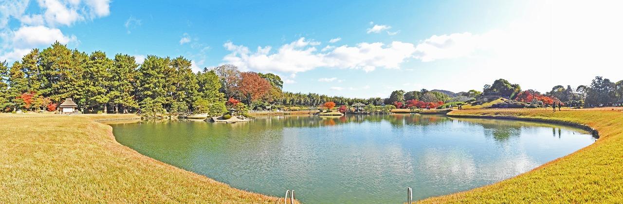 20191130 後楽園今日の沢の池越しに眺めた園内紅葉見頃のワイド風景 (1)