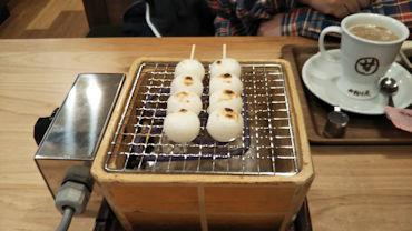 2/8 団子を焼く コメダ珈琲 おかげ庵