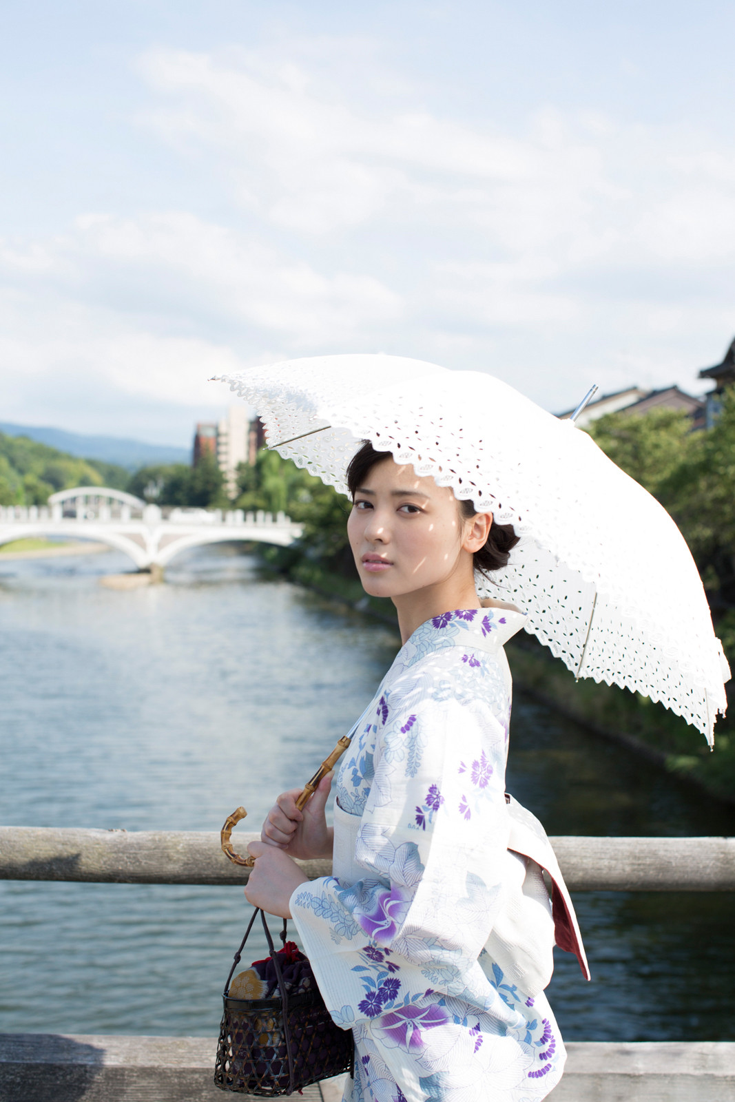 白地に紫のお花の浴衣 白のレースの傘 矢島舞美 橋の上 2020 済み