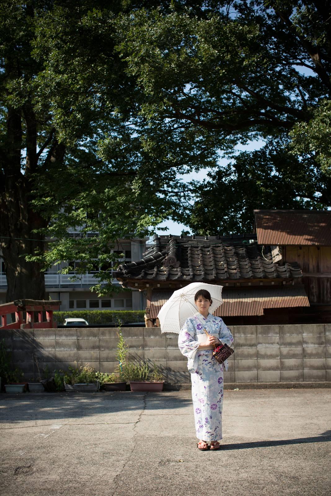 白地に紫のお花の浴衣 白のレースの傘 矢島舞美 神社の駐車場? 2020 済み
