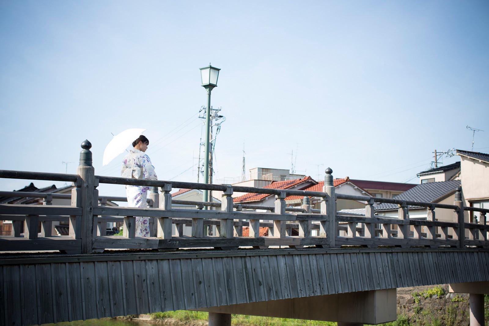 白地に紫のお花の浴衣 白のレースの傘 矢島舞美 橋の上 3 2020 済み