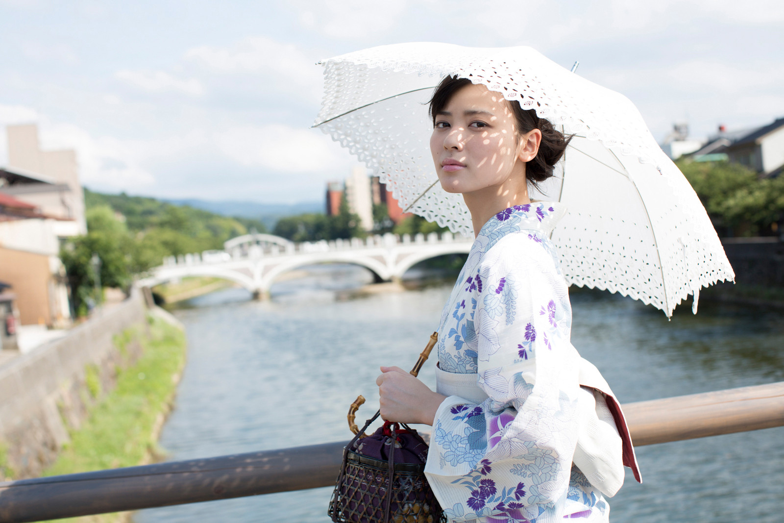 白地に紫のお花の浴衣 白のレースの傘 矢島舞美 橋の上 2 2020 済み