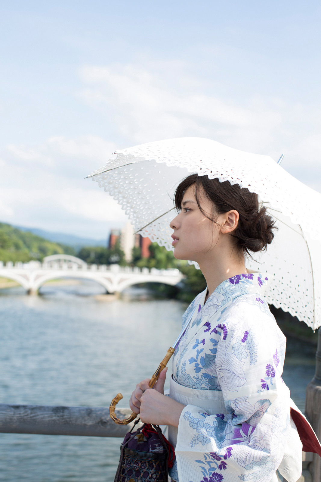 白地に紫のお花の浴衣 白のレースの傘 矢島舞美 橋の上 1 2020 済み