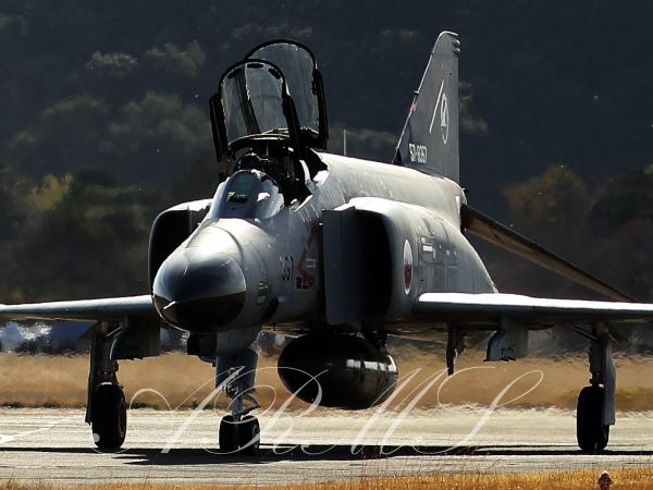 滑走路をタキシングするF-4ファントム