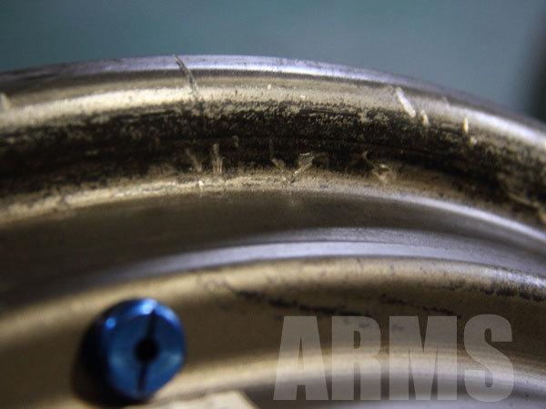 ホイールとタイヤの隙間からエアーが漏れる