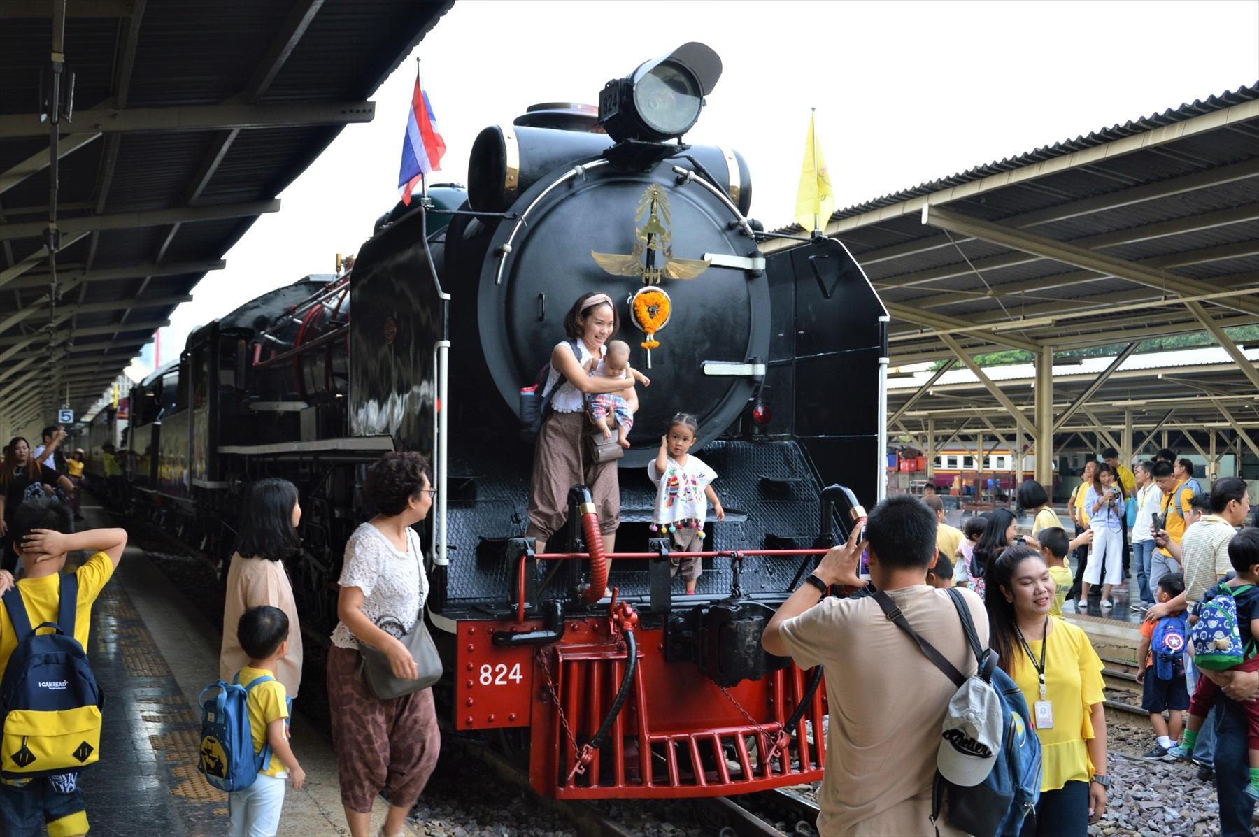 遠慮なく機関車に乗っかって写真を撮っている