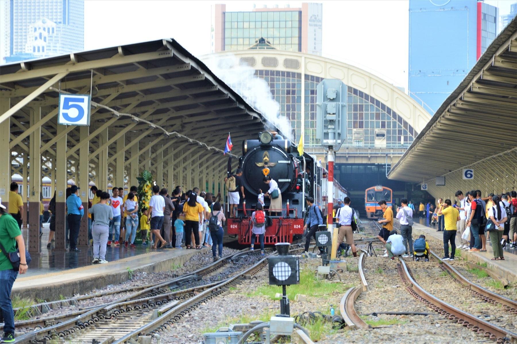 バンコク駅駅舎と日本の蒸気機関車