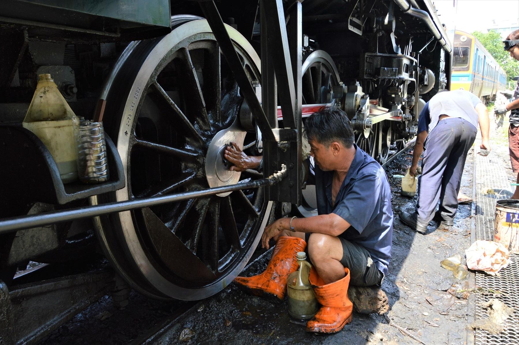 イベント前日、職員総出で機関車を磨いていた