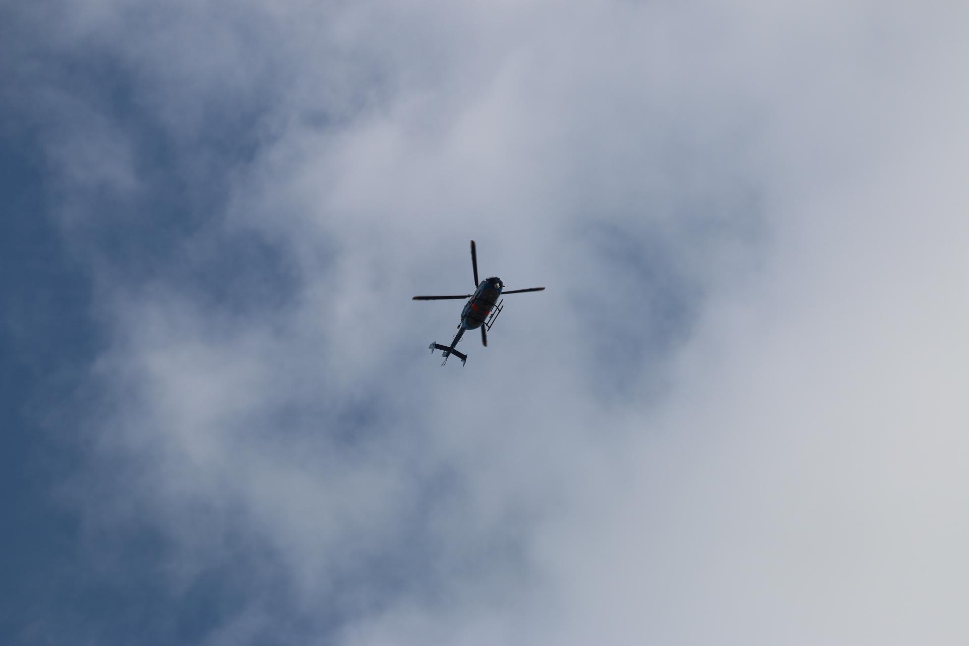 雲とヘリコプター