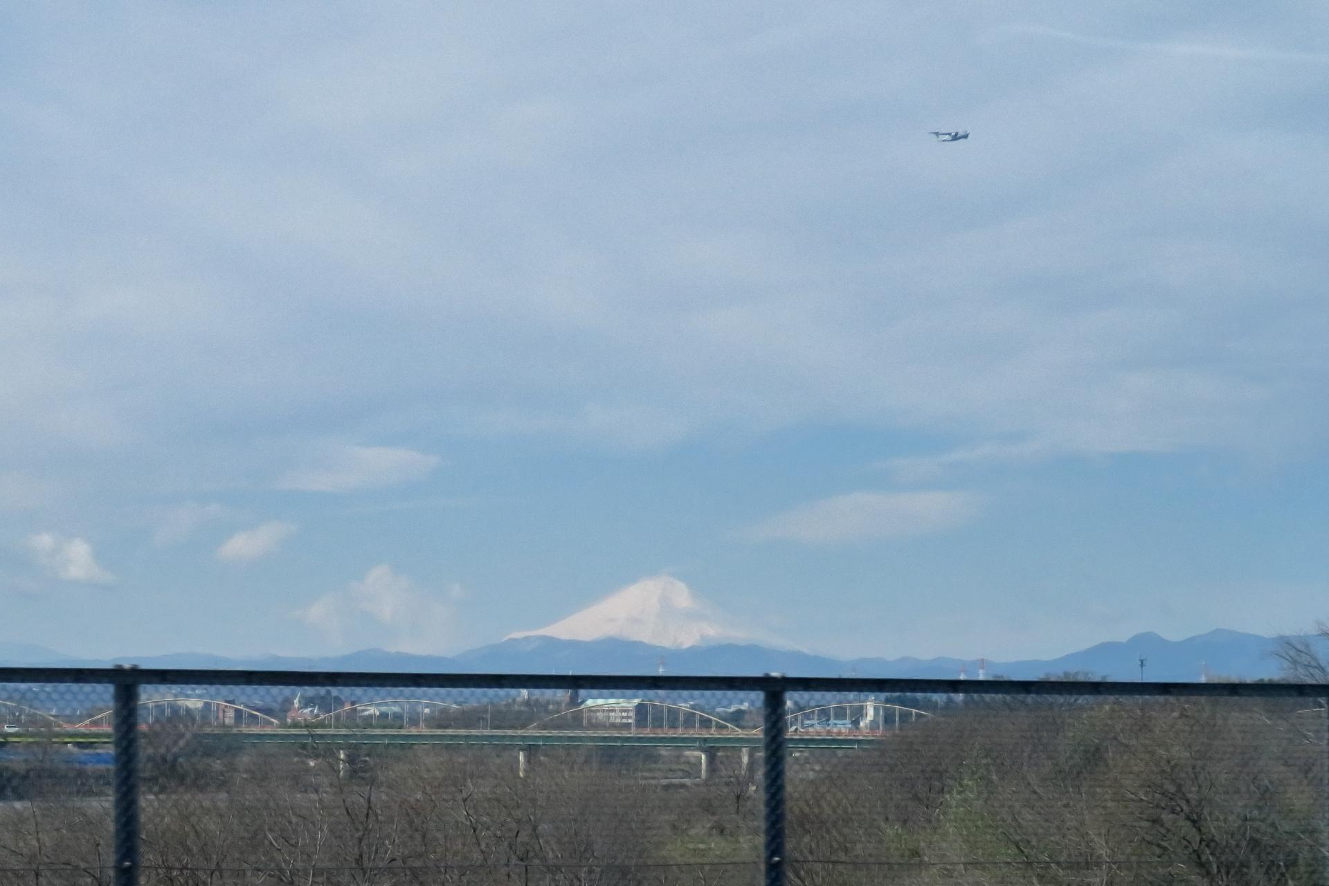 雲と富士山と飛行機