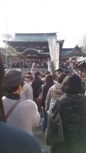 椿祭り 参拝の列 階段下