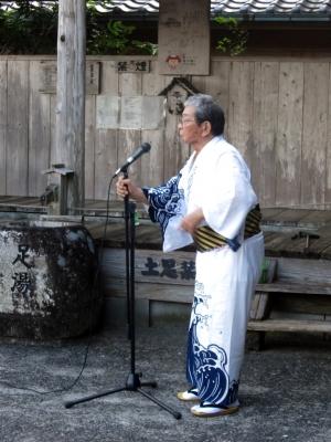 200804-51=2020ONA祇園まつり棒踊り謡唄いオジ(財部宏志) aONA温泉前