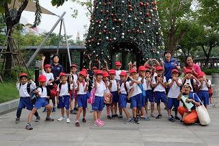 イオン2の大きなクリスマスツリーの前で