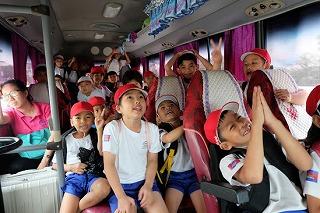 遠足のバスの中