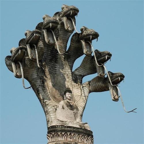 ラオスの公園の像。ナーガに守られたブッダBuddha_Park_Nagas