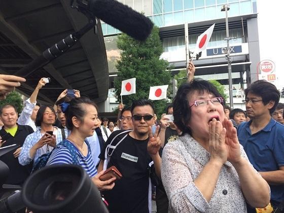 、青木まり子は、平成29年(2019年)7月1日に秋葉原で行われた東京都議会議員選挙の最終演説会では安倍首相の縁説の妨害活動に「レイシストしばき隊」の隊長の野間易通と一緒に参加していた!