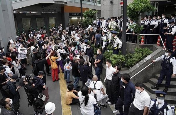 渋谷の路上で警察官2人に押さえ込まれるなどしてトルコ出身のクルド人男性が全治1カ月のけがをし、渋谷署前で抗議する人たち=東京都渋谷区で2020年5月30日、後藤由耶撮影