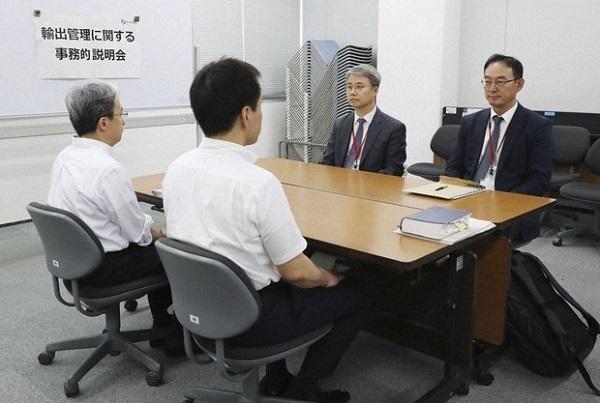 半導体材料の輸出規制強化に関する事務レベル会合に臨む韓国側(奥)と経産省の担当者=東京都千代田区で2019年7月12日午後、代表撮影