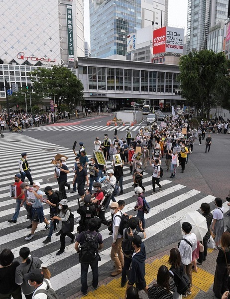 クルド人男性への暴行に抗議し、渋谷のスクランブル交差点をデモ行進する人たち=東京都渋谷区で2020年5月30日午後3時35分、手塚耕一郎撮影
