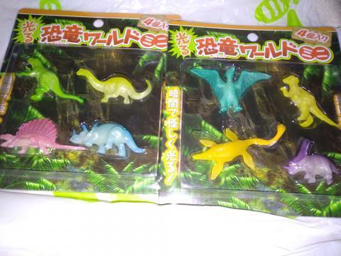 光る恐竜グッズ セリア