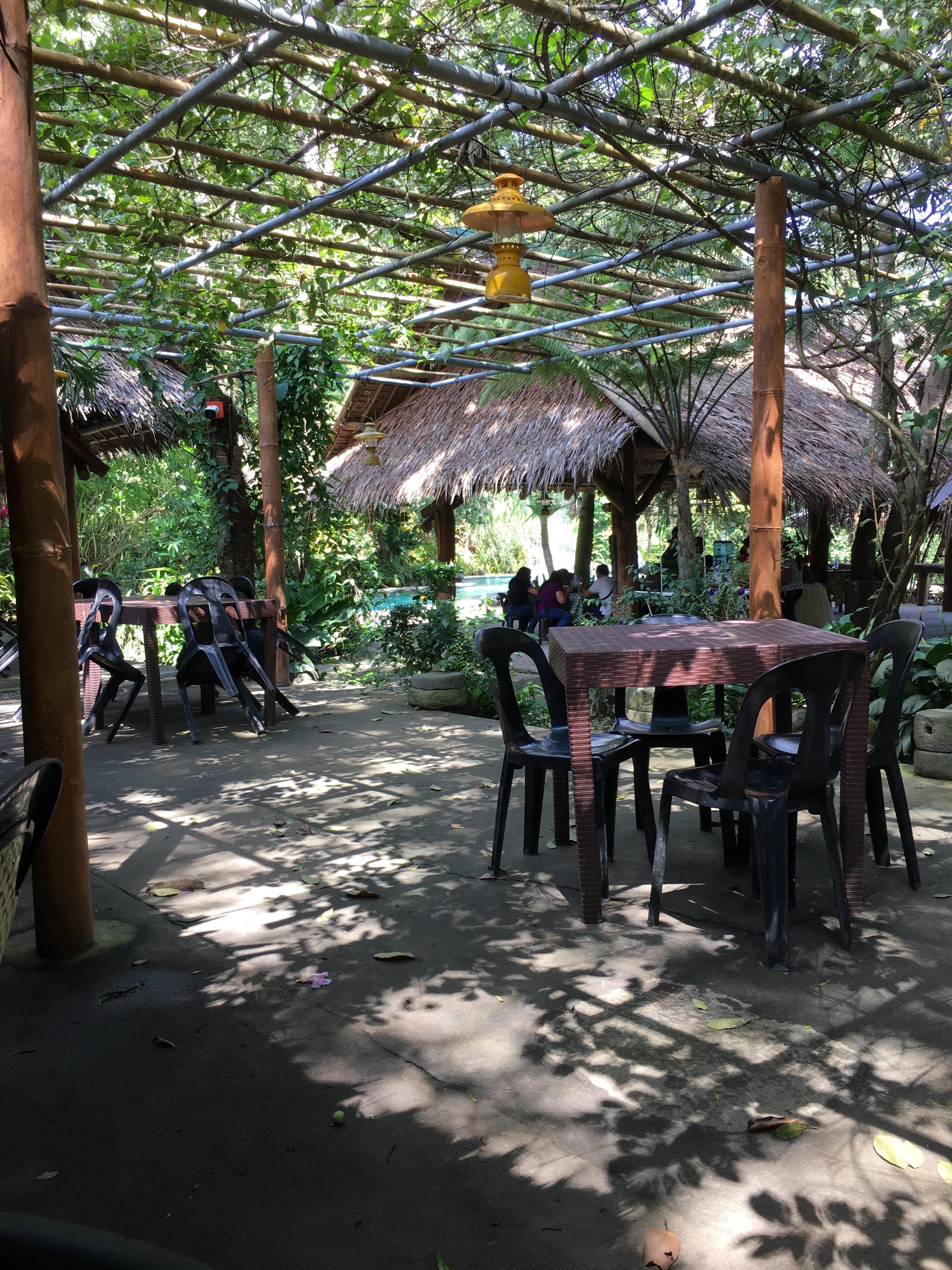 木洩れ陽の下のレストラン