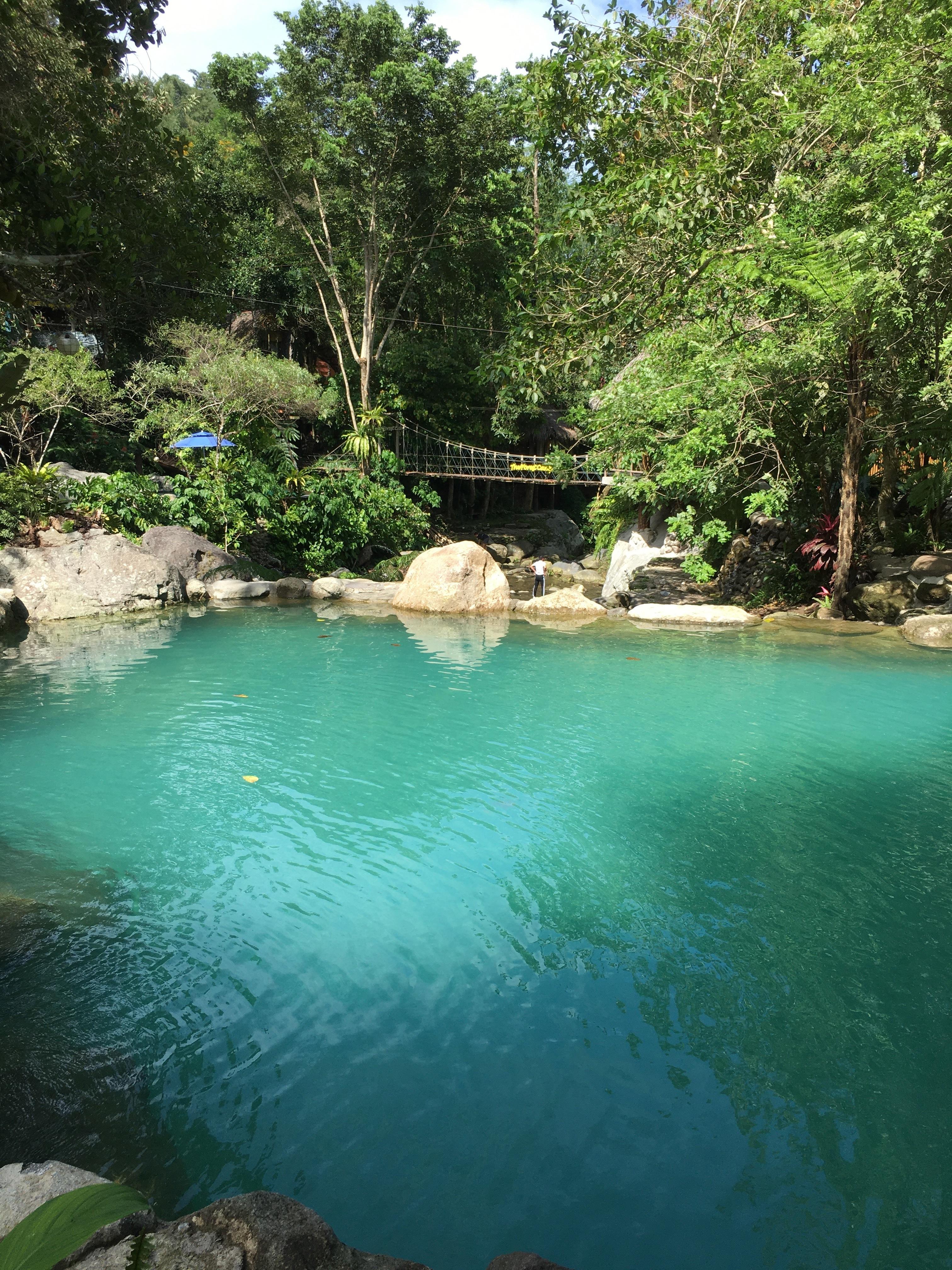 池と吊り橋