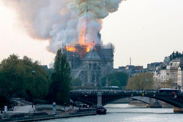 ノートルダム大聖堂が火事