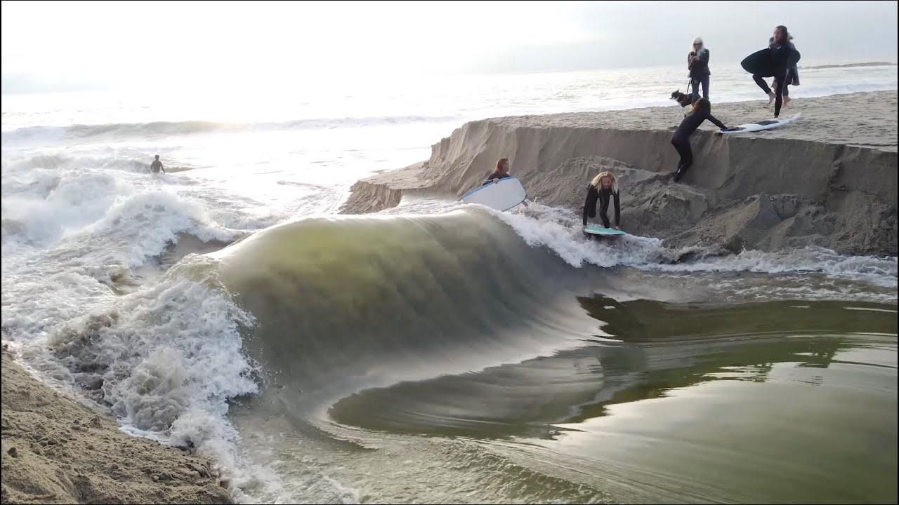 川を決壊させて・・・その濁流でサーフィンをする人々!!