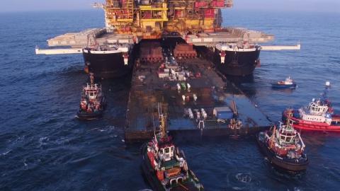 海上石油採掘場の移動01