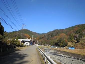 サーカス学校の前を通って正面がタケ山