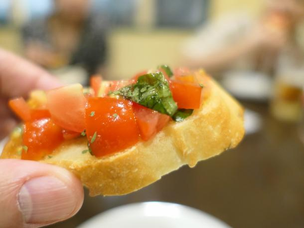 朝取りトマトとバジルのブルスケッタ
