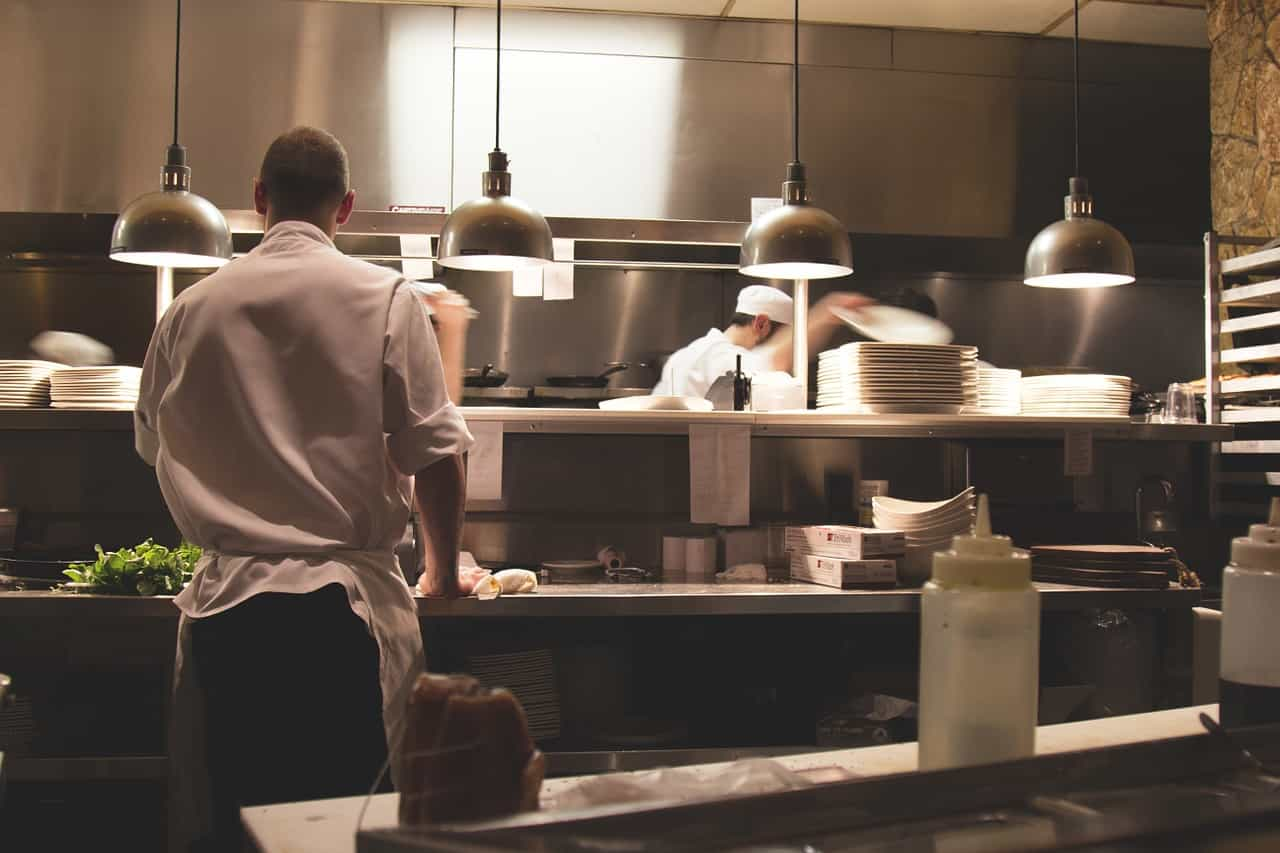 シェフたちがキッチンで仕事をしている画像