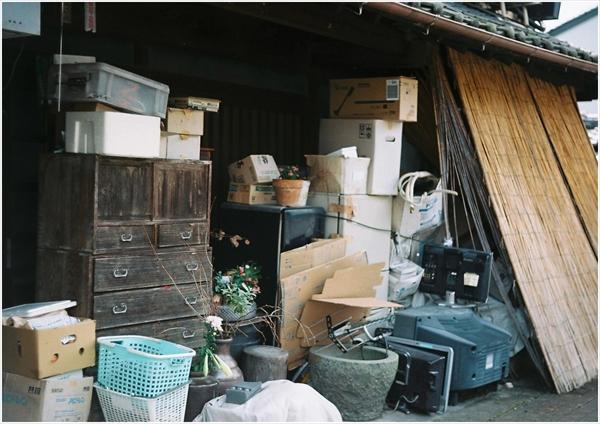 14古物商なのかゴミが置いてあるだけなのか、よくわからん  ライカⅡf ズミター  ekuta-100  2020-8 34-000039_R