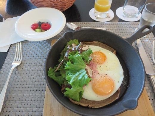 朝食 目玉焼きとそば粉のガレット フルーツ