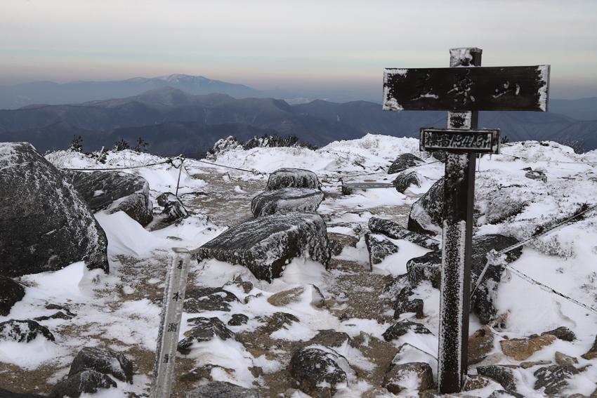 20191222五葉山山頂の標柱と早池峰山