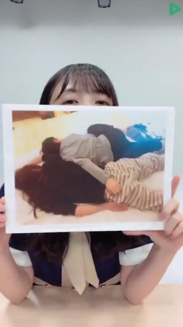 向井葉月が寝ながら田村真佑のケツを触ってる写真