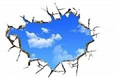 壁穴から青空をのぞき見る