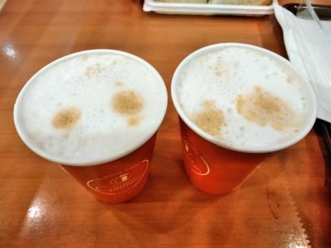 カプチーノとカフェラテの飲み比べ