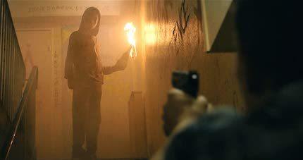 火炎瓶を持つ少年