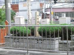 供養塔1 新宿駅構内記事2