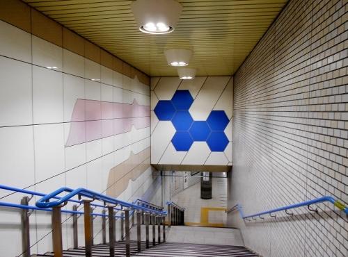 地下鉄東豊線 新道東駅 ホームへの階段の壁画