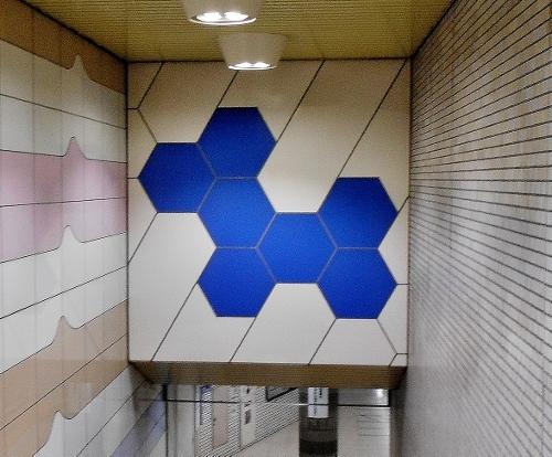 地下鉄東豊線 新道東駅 ホームへの階段の壁画 六華 拡大