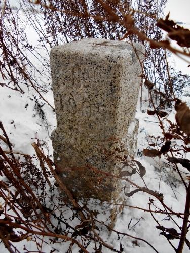 三等三角点「怪物路」石標-2 背面