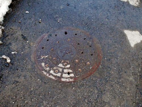 白石区 本通西排水 暗渠 マンホール蓋「河」の文字