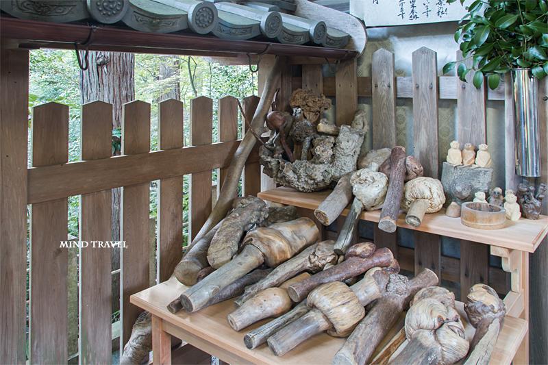 猿丸神社 奉納された瘤のある木