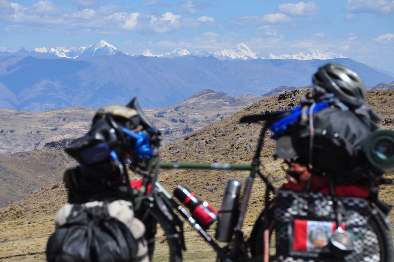 vista del Alpamayo y las otras montañas de la cordiella blanca